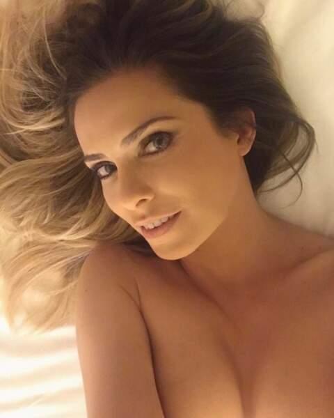 Et Clara Morgane a traîné nue dans son lit.