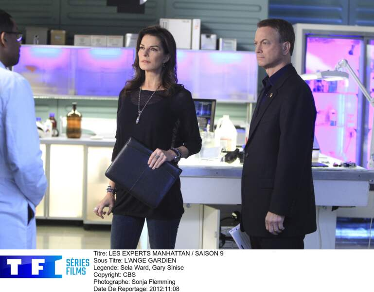 """""""Jo"""" Danville et Mac Taylor (Sela Ward et Gary Sinise) dans le laboratoire des Experts : Manhattan"""