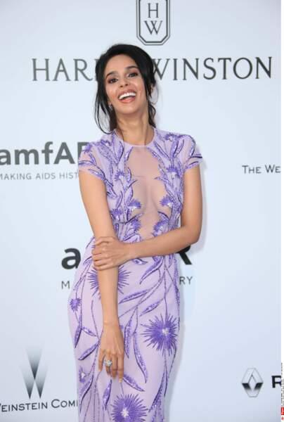 L'actrice indienne Mallika Sherawat est TROP HEUREUSE d'être là
