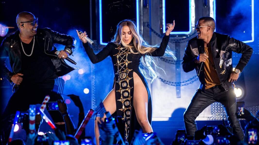 4 juillet 2017, J.Lo se produisait dans une longue robe noire. Seul un pan brodé de strass couvrait son entrejambe.
