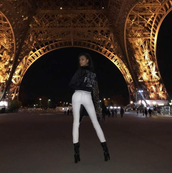 Plus originale, Lameka Fox a fait la même photo... mais sous la Tour Eiffel !