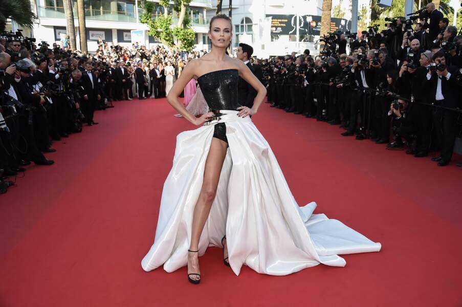 Natasha Poly a mis la Croisette à ses pieds avec cette robe noire et blanche à couper le souffle