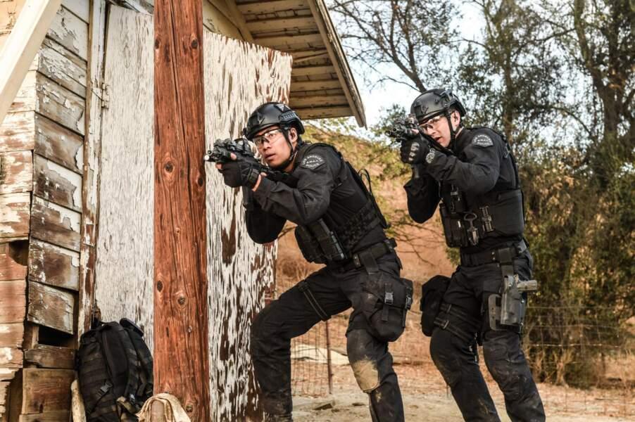 Deux officiers S.W.A.T. très vigilants