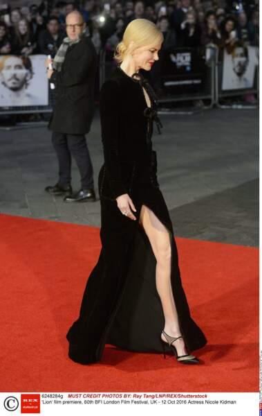 Toujours très classe, l'actrice a foulé le tapis rouge dans une robe noire terriblement incendiaire