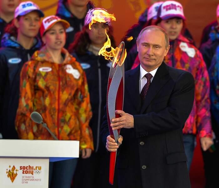 Vladimir heureux de tenir la flamme olympique dans ses mains.