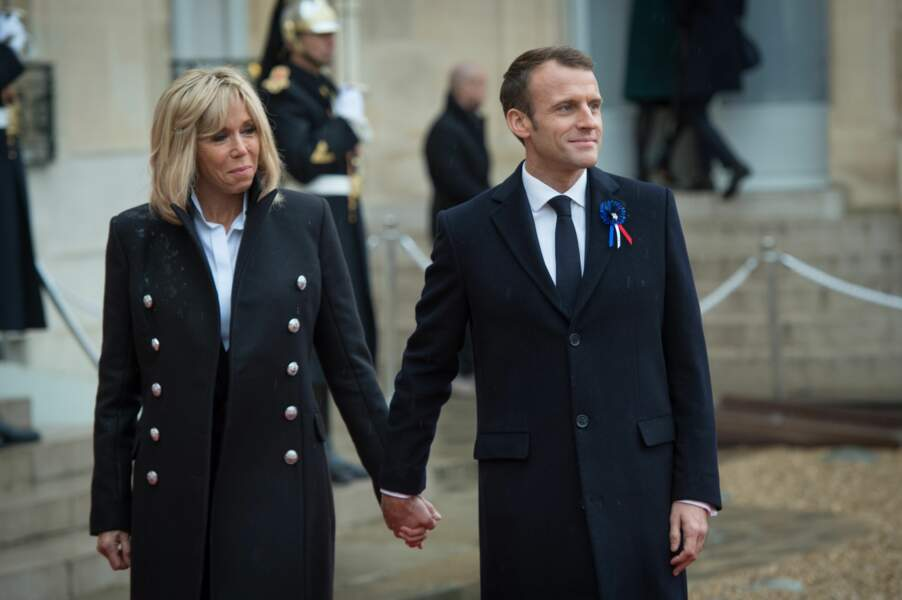 Brigitte et Emmanuel Macron attendent leurs illustres invités sur le perron de l'Elysée avant la cérémonie