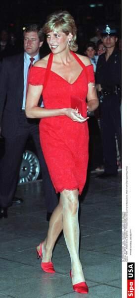Diana n'hésite plus à porter court, ici à Buenos Aires. Le rouge est une de ses couleurs préférée