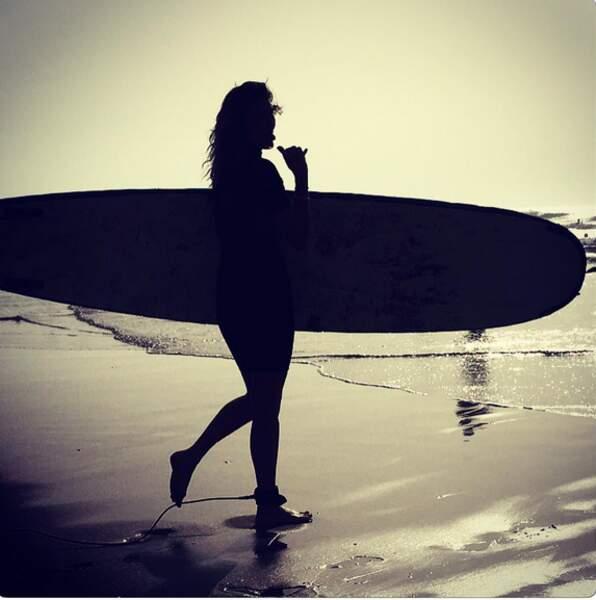 Elle n'en a jamais assez et dès l'aube, elle remet ça, version surf !