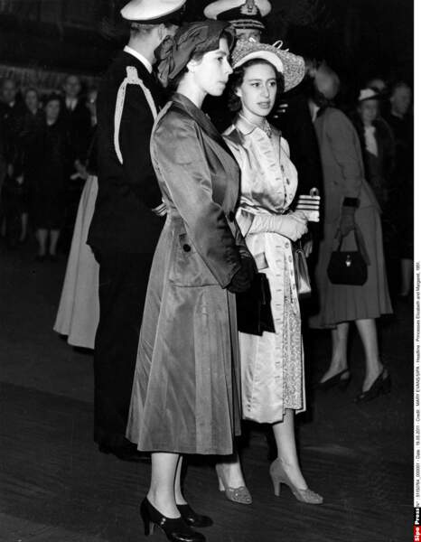 La série s'intéresse aussi à la princesse Margaret et sa relation avec Peter Townsend, un roturier et divorcé dans la saison 1
