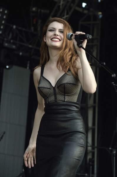 Sur scène, elle adopte un bustier digne de Madonna !