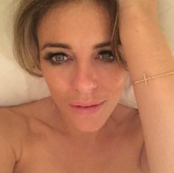 Autres clichés sexy en vrac : selfie topless pour Liz Hurley dans son lit.