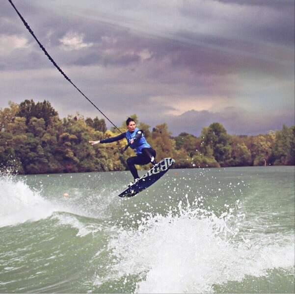 Pendant ce temps, Laury Thilleman a fait du wakeboard...