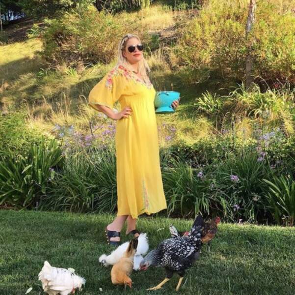 Tori Spelling nourrissait ses volailles.