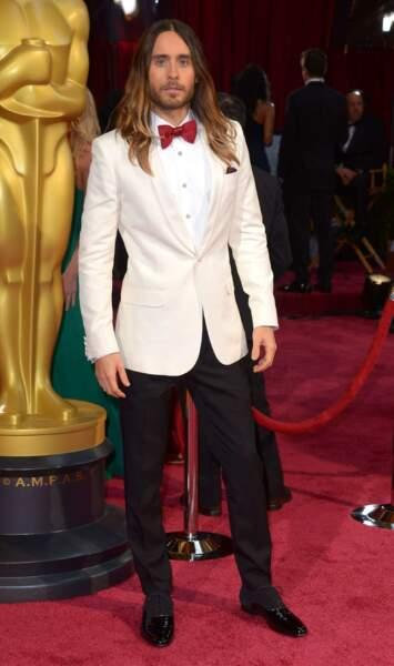 Jared Leto en blanc sur le tapis rouge des Oscars