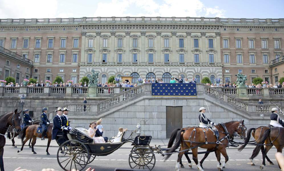 Un peu comme la reine Elizabeth II, la princesse Victoria et sa famille s'apprête à saluer les Suédois.