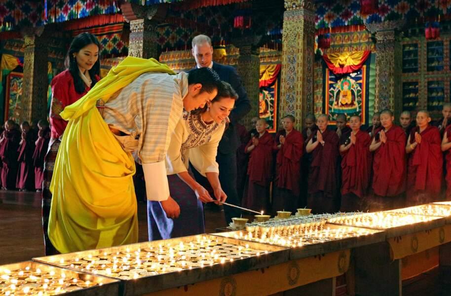 Tous se plient aux rituels du temple bouddhiste