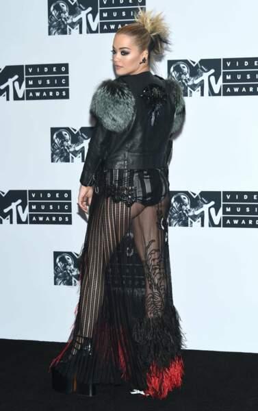 Rita Ora, toute de cuir et de voiles...