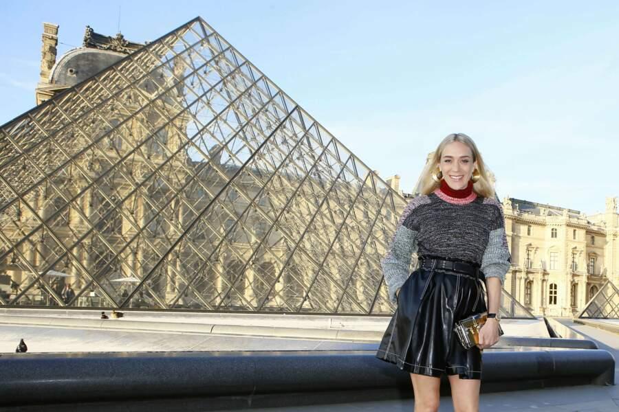 L'actrice américaine Chloe Sevigny prend la pose devant la Pyramide du Louvre
