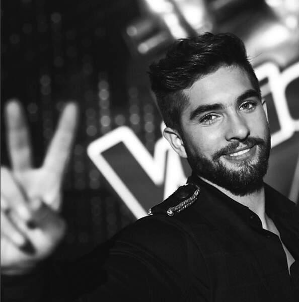 Photographié par Nikos après sa victoire dans The Voice