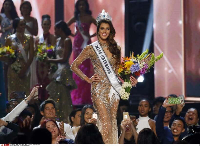 Radieuse, la nouvelle Miss Univers a posé pour les photographes et caméras