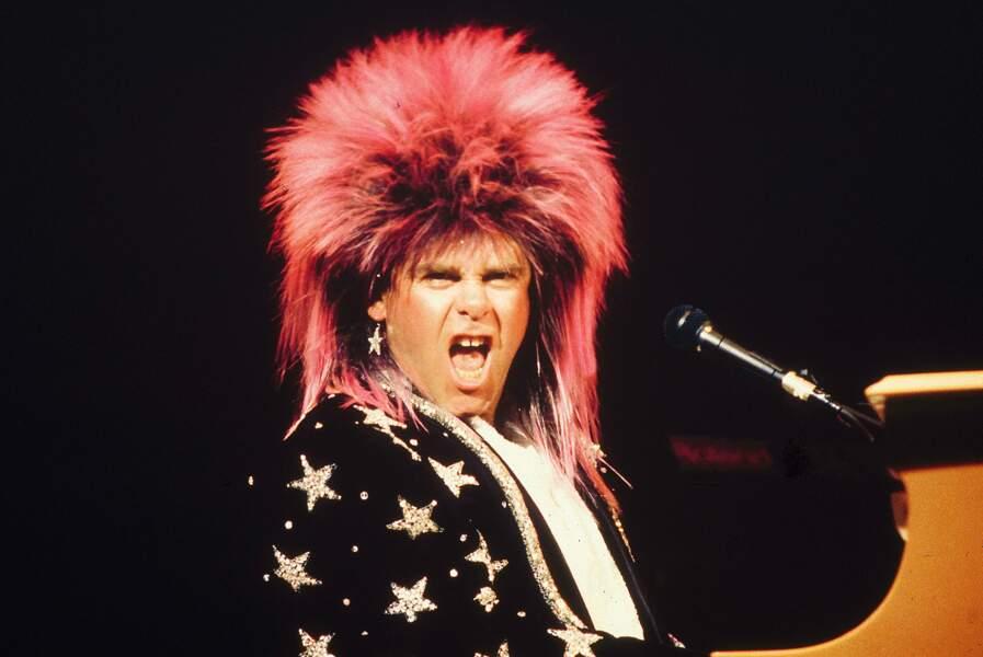 Chevelure et paillettes font autant le show que Sir Elton John à Sydney, en Australie, en 1986