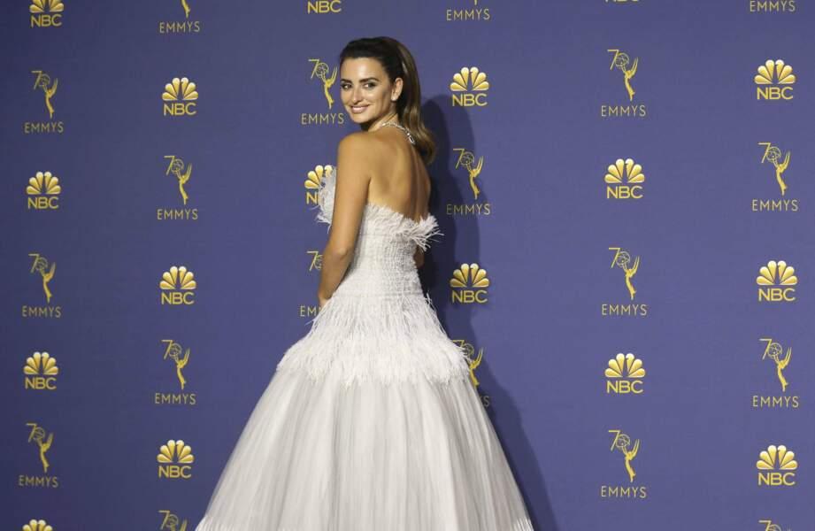 Penelope Cruz a charmé les photographes en dévoilant son dos dans cette imposante et sublime robe blanche