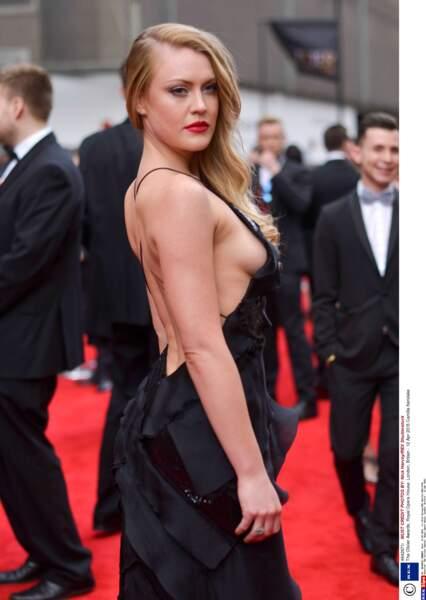 Un un side-boob de plus pour Camilla Kerslake