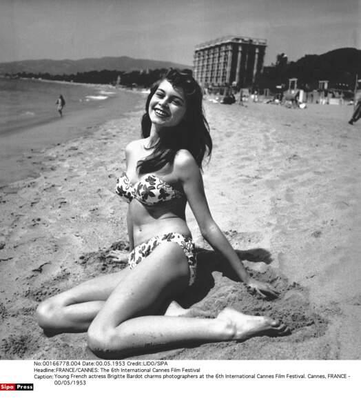 1953, Festival de Cannes, Brigitte Bardot (18 ans) ose poser en bikini sur la plage du Carlton.