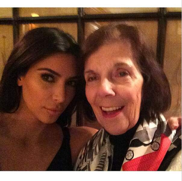 On préfère largement le naturel de la grand-mère de Kim, pour la première fois à Paris