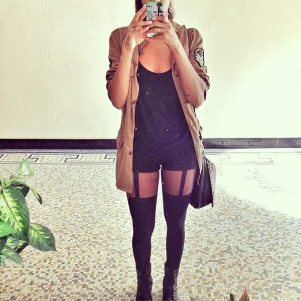 Avant de quitter son immeuble, elle se prend en photo dans le miroir du hall