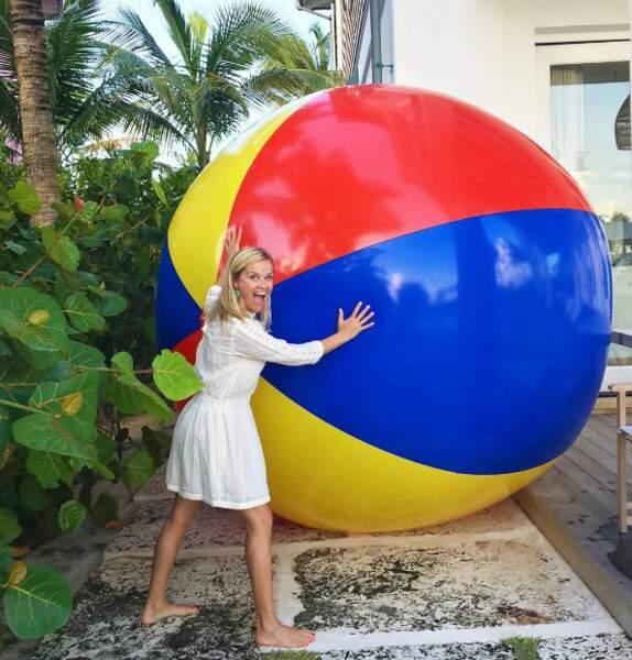 Partie de ballon géant pour Reese Witherspoon aux Bahamas.