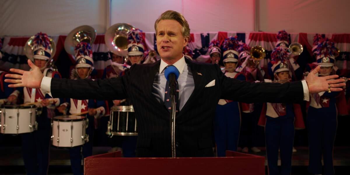 Il est le maire de Hawkins, un des nouveaux personnages de cette 3ème saison