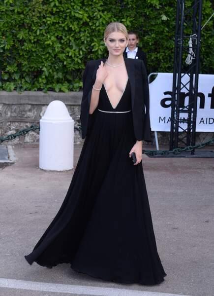 Lili Donaldson, dans une sublime robe noire, lors du gala de l'AmfAR