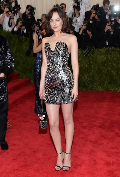 Exit la robe longue, Dakota Johnson a tout misé sur ses gambettes