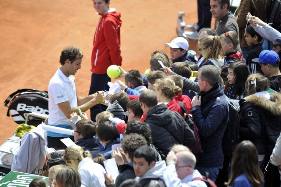 Les enfants étaient nombreux pour demander des autographes aux joueurs... Comme ici avec Julien Benneteau...