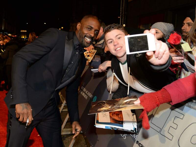 Pendant qu'Idris Elba préférait donner de son temps aux nombreux fans venus admirer leurs acteurs préférés