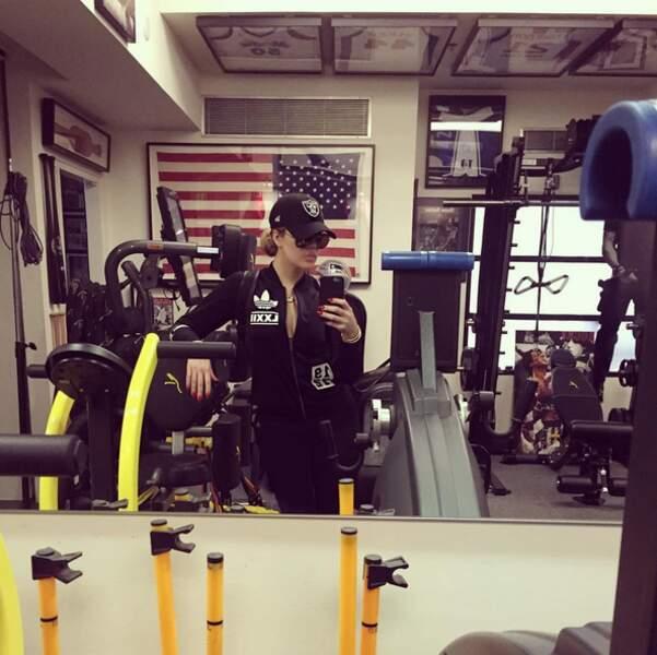 Pour terminer, le saviez-vous : Khloé Kardashian s'habille comme Tom Cruise dans Top Gun pour faire du sport.