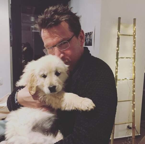 Canidés toujours, avec Benjamin Castaldi qui fait un calinou à son chien