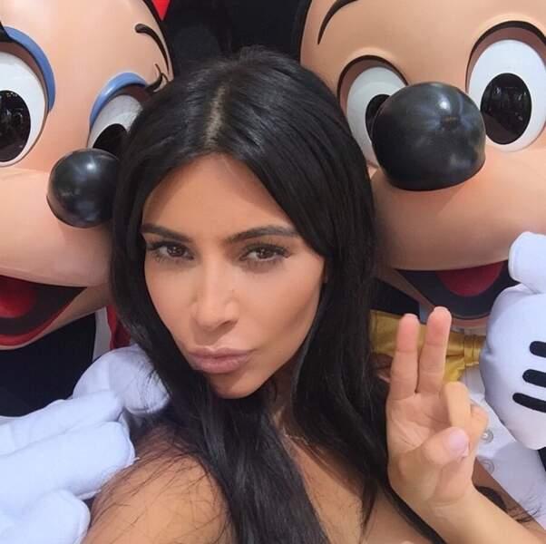On rigole, on rigole, mais vous avez déjà essayé d'entrer sur un selfie AVEC Mickey et Minnie ? Mission impossible.