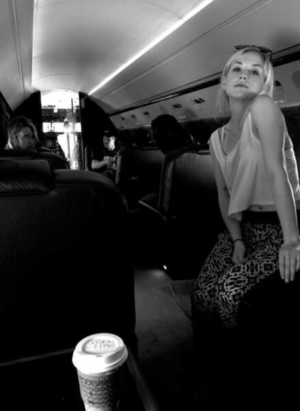 Melissa profite d'un trajet en avion privé pour immortaliser la belle Emily Kinney (Beth)