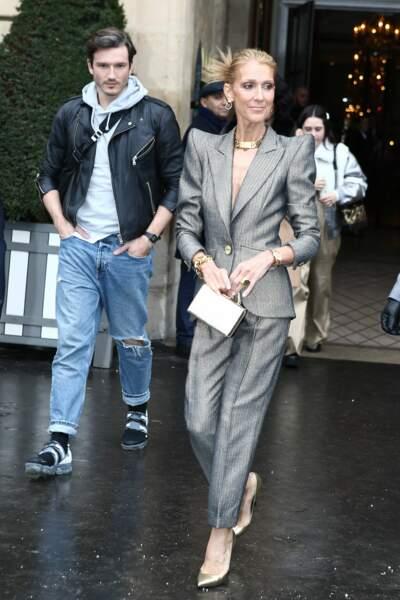 Strass, épaulettes et Pepe Munoz à la sortie du Crillon