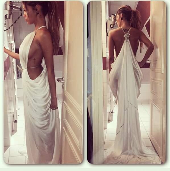 Sculpturale en blanc, Nabilla est divine dans cette robe très échancrée...