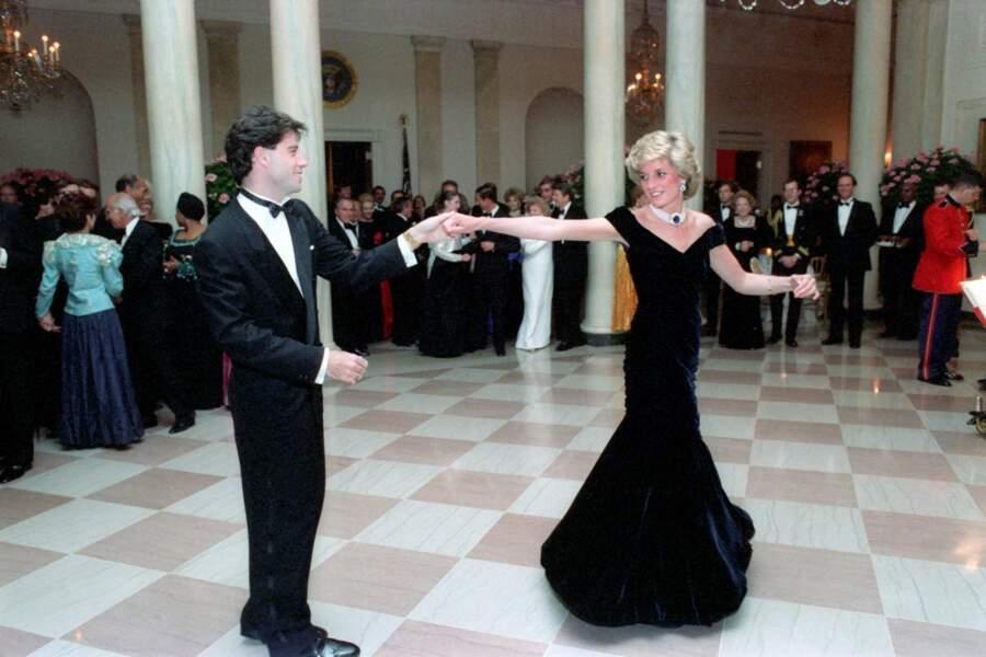 Pour danser avec John Travolta à la Maison Blanche, une robe de velours bleu nuit signée Victor Edelstein suffit