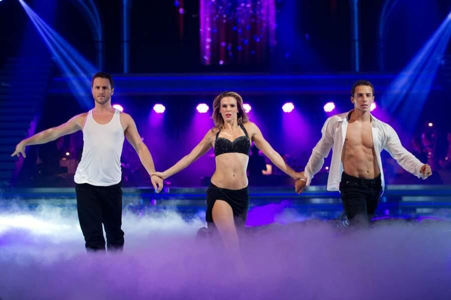 Prestation torride lors d'une danse en trio où Lorie apparaît en... soutien-gorge!