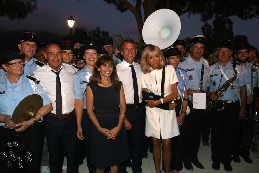 Mais ça n'a pas empêché la Première dame d'assister au pot de l'amitié organisé par le maire de Bormes-les-Mimosas
