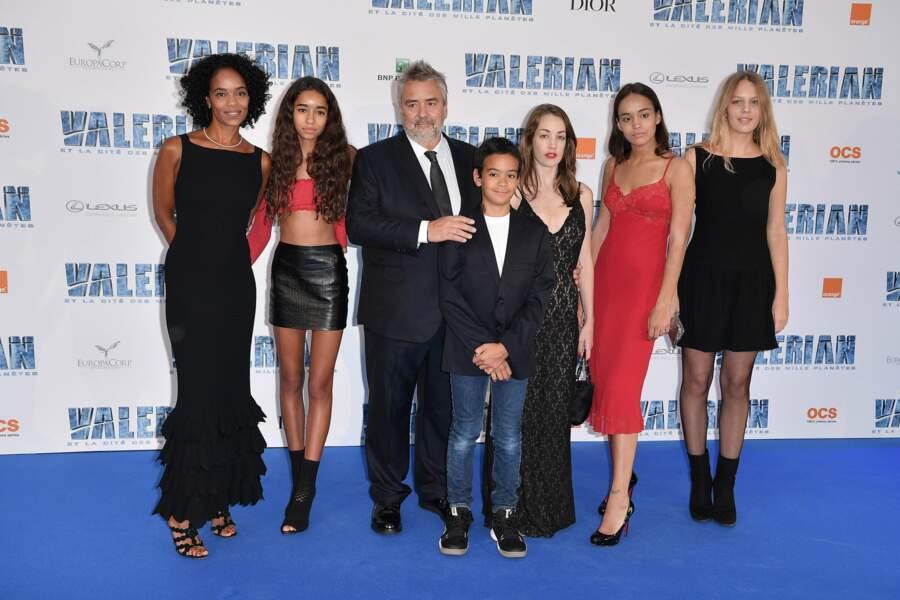 Luc Besson en famille, avec son épouse Virginie Silla et leurs enfants