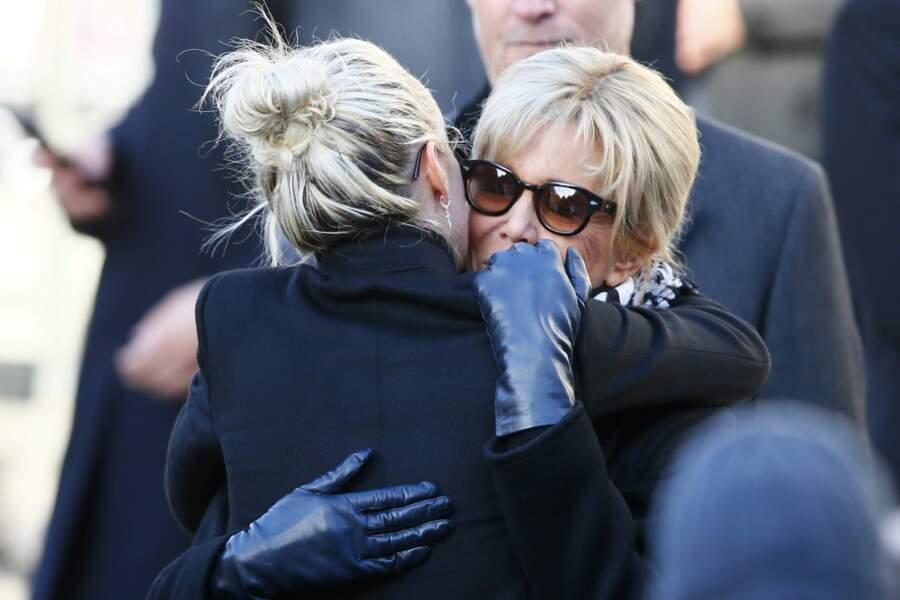 Puis dans les bras de la Première Dame, Brigitte Macron.