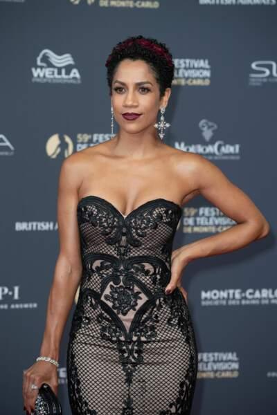 Dominique Tipper est moderne dans une robe bustier audacieuse
