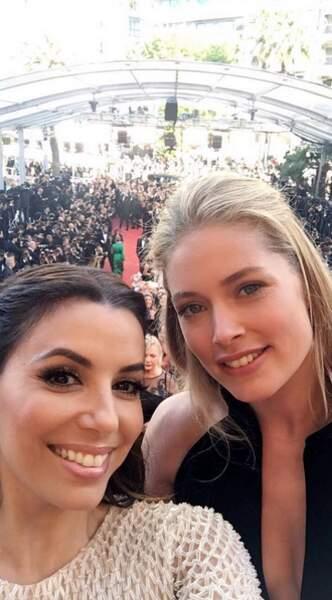 Traditionnel selfie en haut des marches pour Eva et Doutzen Kroes
