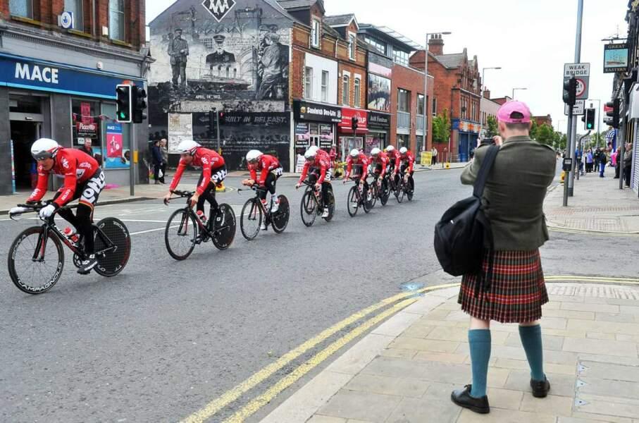 Une casquette rose et un kilt : ils sont comme ça, les spectateurs du Giro.